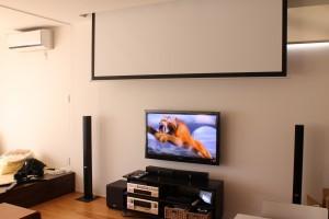 大型TVとスクリーンでのホームシアター